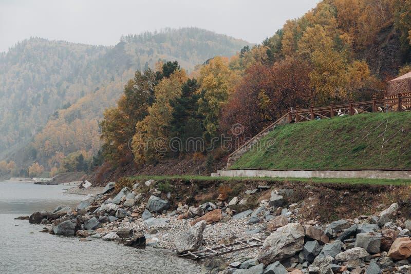 Paisagem bonita do outono no Lago Baikal fotos de stock royalty free