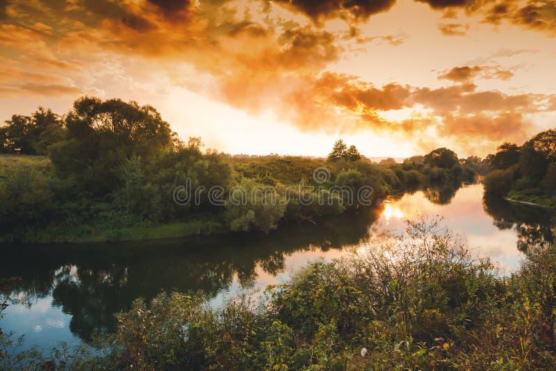Paisagem bonita do outono, por do sol na floresta com reflexão fotografia de stock