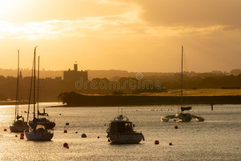 Paisagem bonita do por do sol do verão na cidade do furta-passo, Northumberland, foto de stock royalty free
