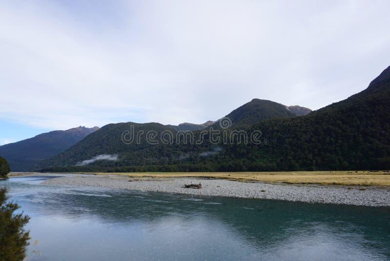 Paisagem bonita do prado e do rio ao longo da estrada no Ne fotos de stock royalty free