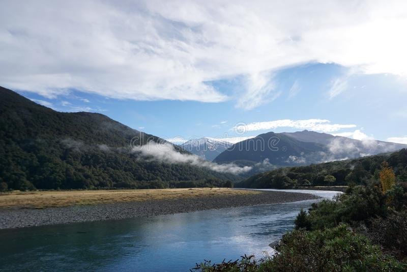 Paisagem bonita do prado e do rio ao longo da estrada no Ne fotografia de stock royalty free
