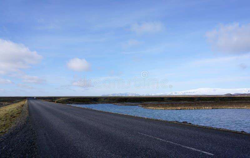 Paisagem bonita do prado na estrada imagens de stock royalty free