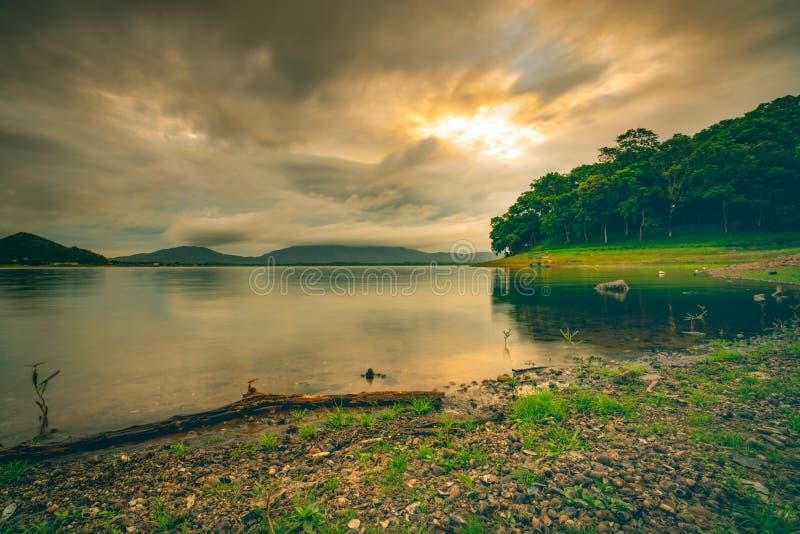 Paisagem bonita do reservatório de Pra do golpe na manhã com nascer do sol acima da montanha e do céu nebuloso da floresta verde  imagem de stock royalty free