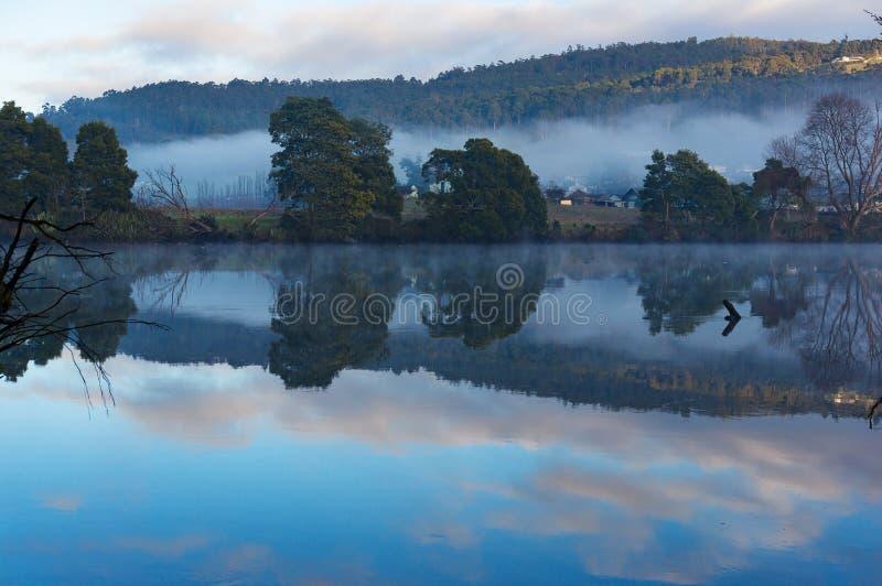 Paisagem bonita do rio no dia calmo fotografia de stock royalty free