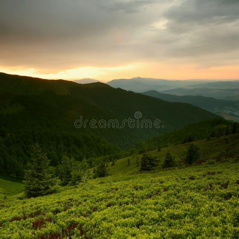 Paisagem bonita do verão, montanhas de Europa, curso de Europa, mundo da beleza foto de stock