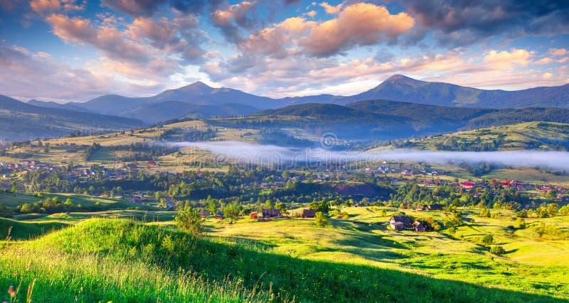 Paisagem bonita do verão na aldeia da montanha fotos de stock royalty free