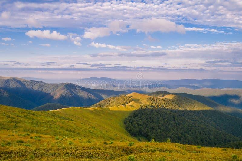 Paisagem bonita do verão nas montanhas NASCER DE O SOL carpathian fotografia de stock royalty free