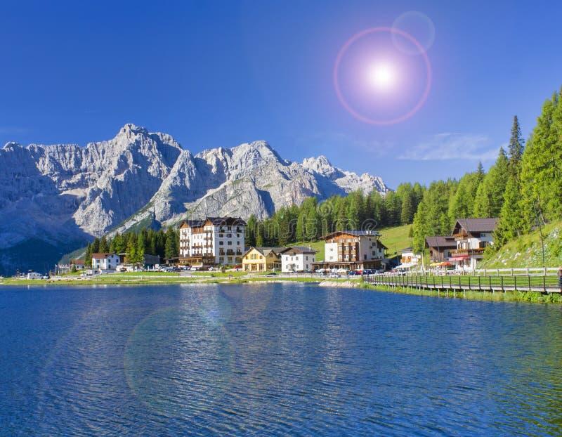 Paisagem bonita do verão no lago Misurina nos cumes de Itália fotos de stock royalty free