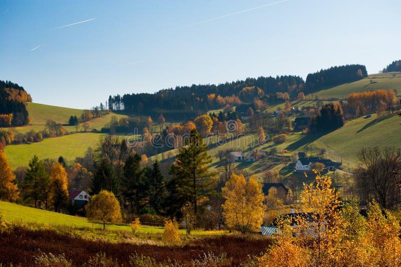 Paisagem bonita do verão no por do sol vila Paisagem bonita de montes e de casas do campo com céu azul e voo dos planos imagem de stock royalty free