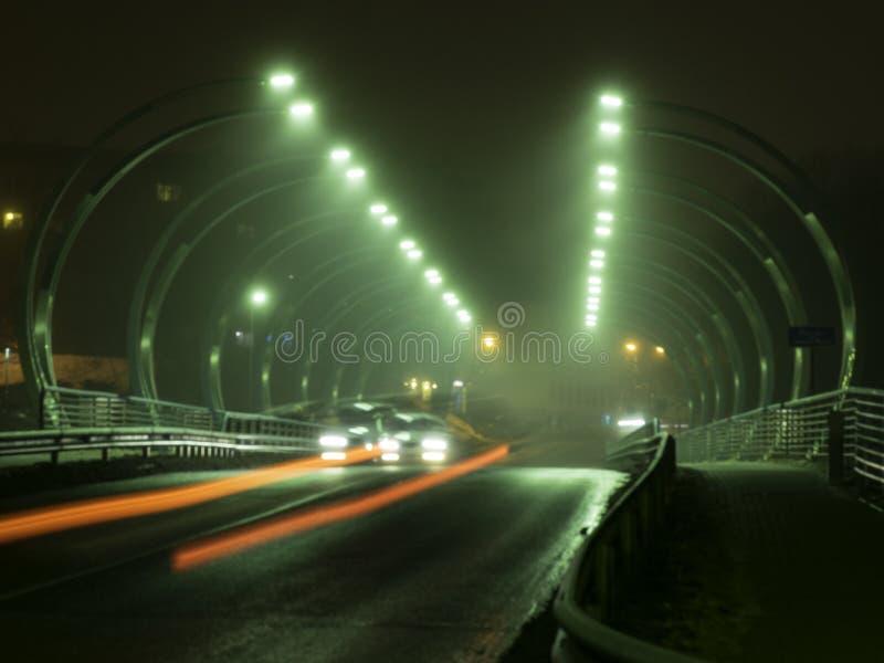 Paisagem bonita e misteriosa da noite que negligencia o esboço iluminado da ponte, o distorcido e o enevoado, foto de stock royalty free