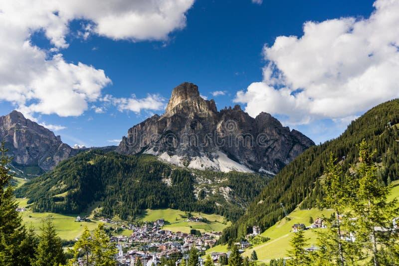 Paisagem bonita e vila da montanha nas dolomites imagens de stock