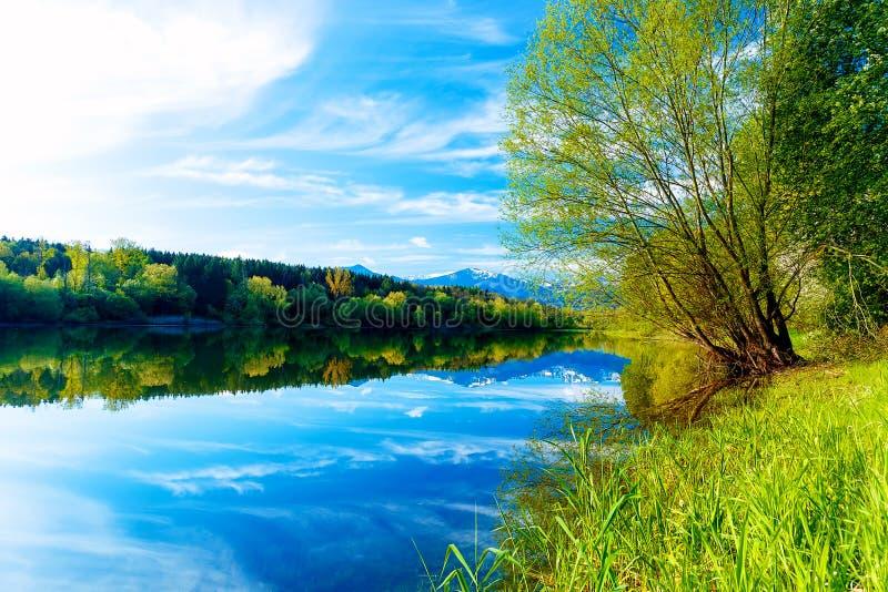 Paisagem bonita, montanha do lago e da neve no fundo Eslováquia Liptovska Mara, na região Liptov fotos de stock