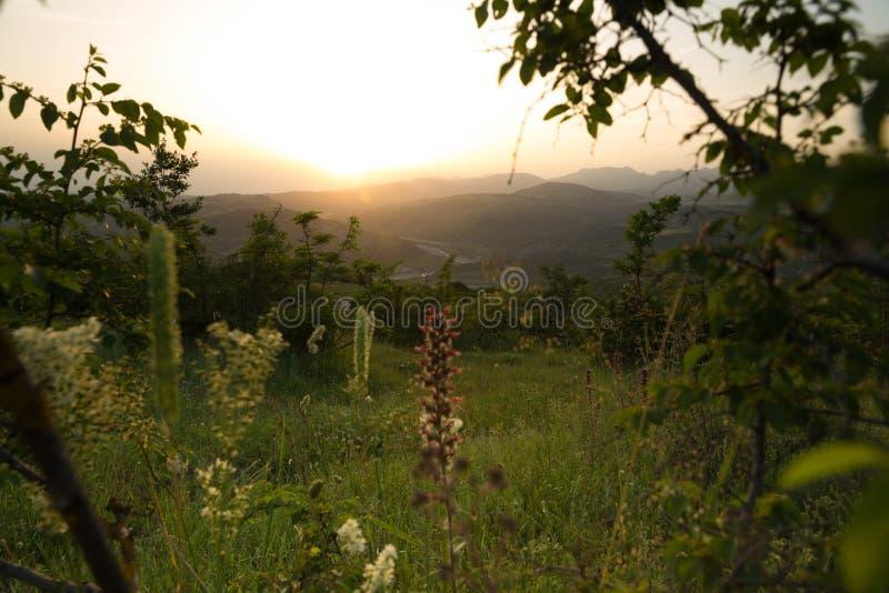 Paisagem bonita nas montanhas com o sol no alvorecer Montanhas no tempo do por do sol Montanhas de Azerbaij?o C?ucaso foto de stock