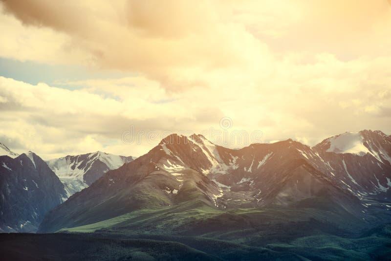 Paisagem bonita nas montanhas Manhã fantástica que incandesce pela luz solar Filtro macio e Instagram que tonificam o efeito imagens de stock royalty free