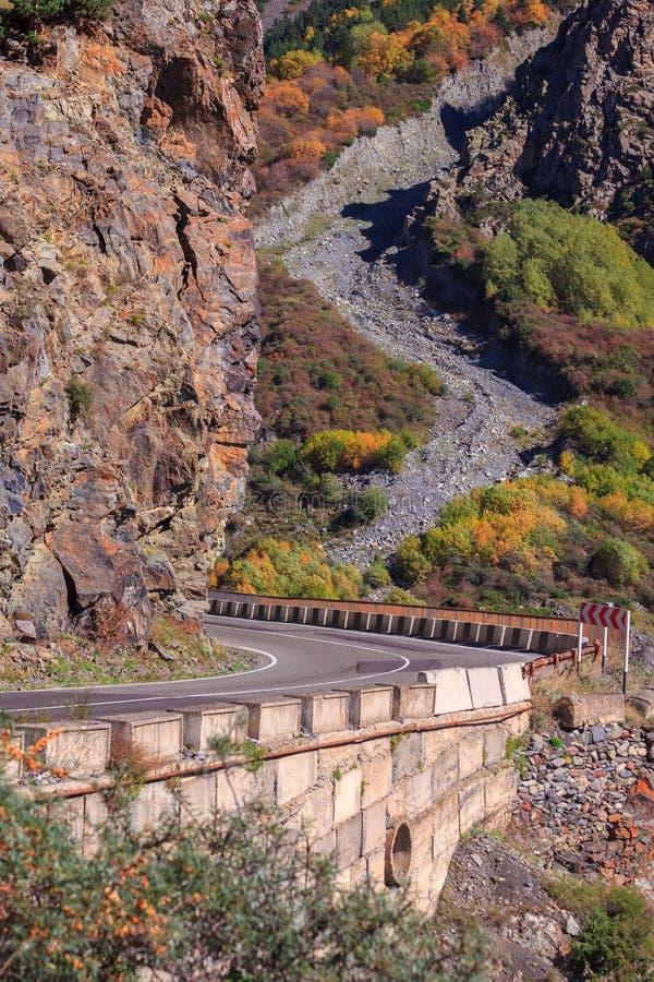 Paisagem bonita no desfiladeiro de Daryal, cores do outono do outono nas montanhas de Geórgia fotos de stock royalty free