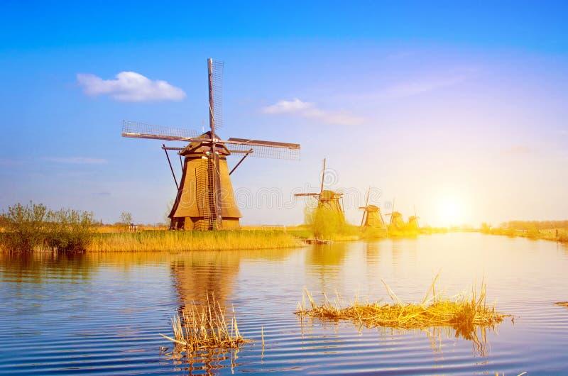 Paisagem bonita original com os moinhos de vento em Kinderdijk, Netherl fotos de stock royalty free