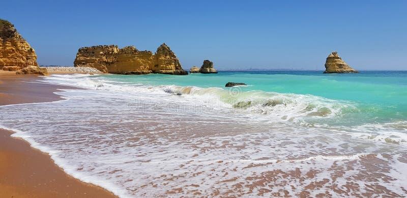 Paisagem bonita: penhascos na turquesa Oceano Atlântico no Praia Dona Ana da praia, Lagos, Portugal imagens de stock