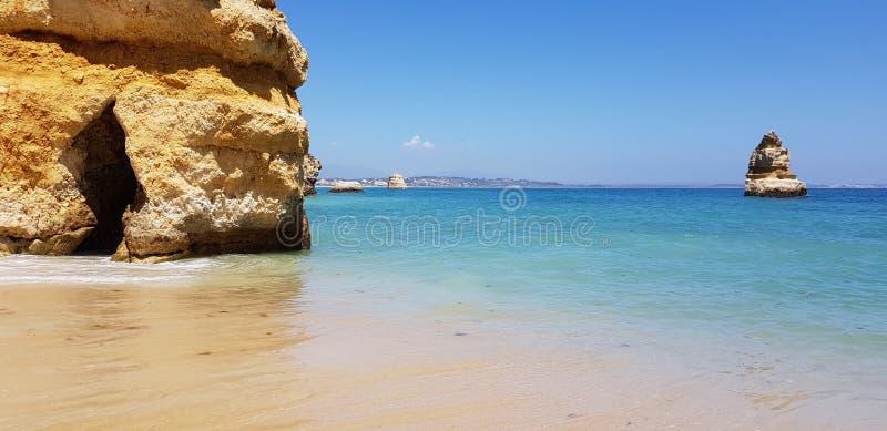 Paisagem bonita: penhascos na turquesa Oceano Atlântico no Praia Dona Ana da praia, Lagos, Portugal fotos de stock royalty free