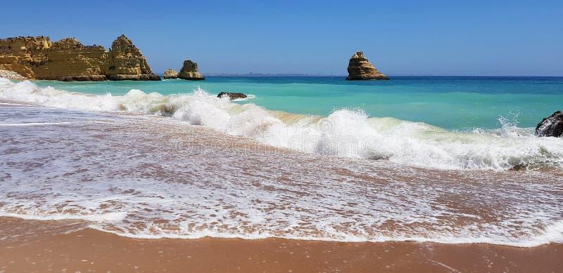 Paisagem bonita: penhascos na turquesa Oceano Atlântico no Praia Dona Ana da praia, Lagos, Portugal imagem de stock