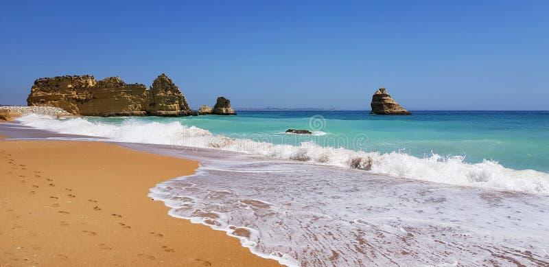Paisagem bonita: penhascos na turquesa Oceano Atlântico no Praia Dona Ana da praia, Lagos, Portugal fotos de stock