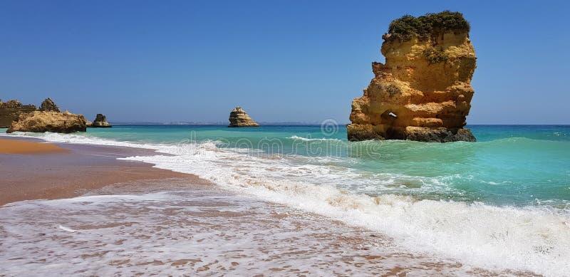 Paisagem bonita: penhascos na turquesa Oceano Atlântico no Praia Dona Ana da praia, Lagos, Portugal imagem de stock royalty free