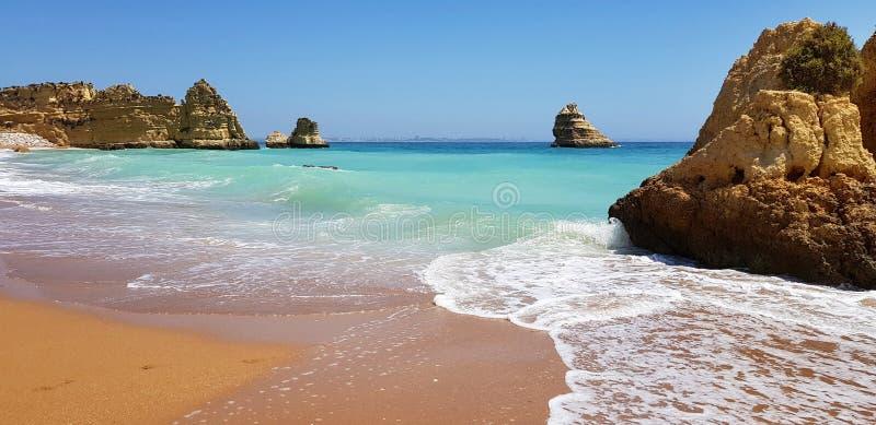 Paisagem bonita: penhascos na turquesa Oceano Atlântico no Praia Dona Ana da praia, Lagos, Portugal fotografia de stock
