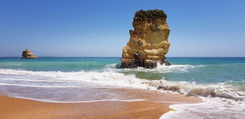 Paisagem bonita: penhascos na turquesa Oceano Atlântico no Praia Dona Ana da praia, Lagos, Portugal fotografia de stock royalty free