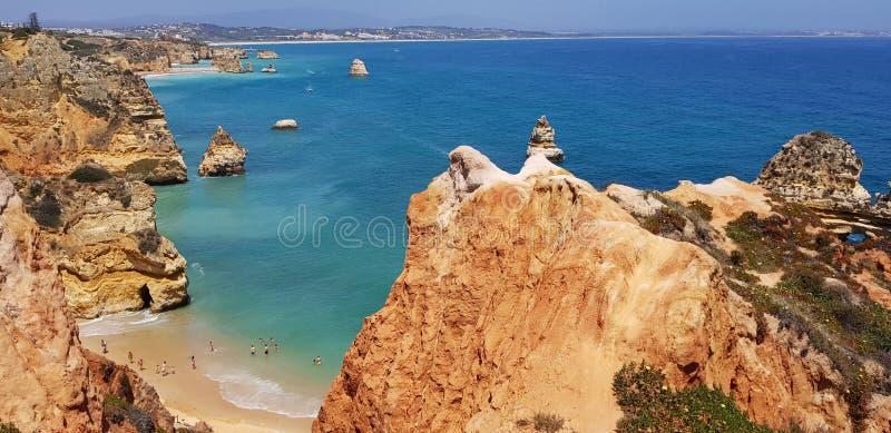 Paisagem bonita: penhascos na turquesa Oceano Atlântico perto de Lagos, Portugal imagem de stock royalty free