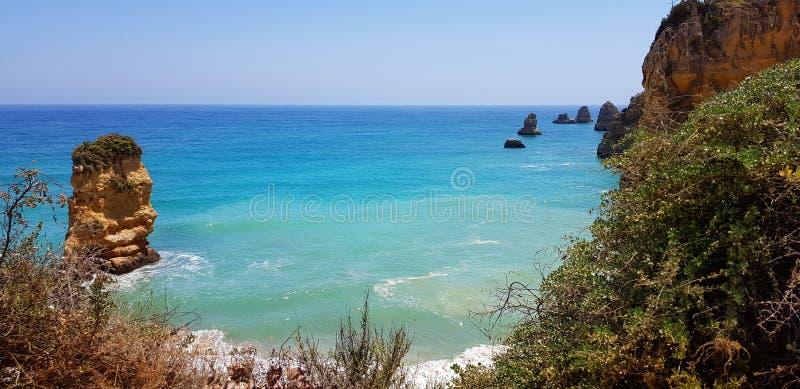 Paisagem bonita: penhascos na turquesa Oceano Atlântico perto de Lagos, Portugal imagens de stock royalty free