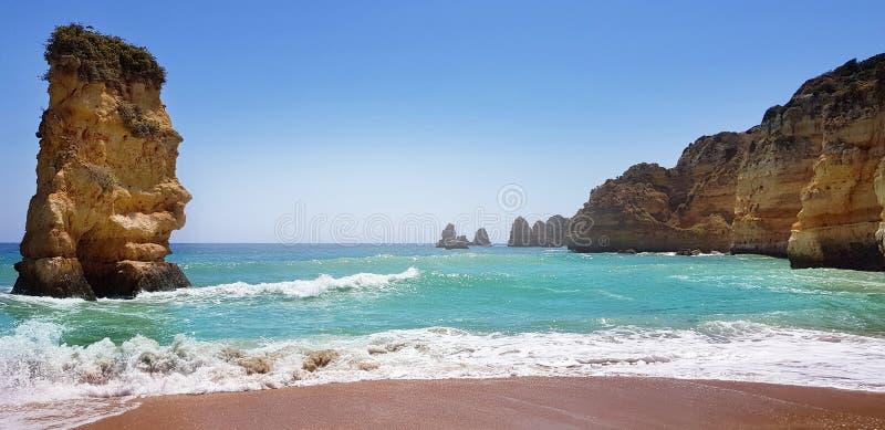 Paisagem bonita: penhascos na turquesa Oceano Atlântico perto do Praia Dona Ana da praia, Lagos, Portugal fotografia de stock royalty free