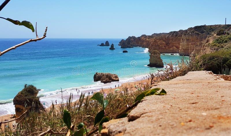 Paisagem bonita: penhascos na turquesa Oceano Atlântico perto do Praia Dona Ana da praia, Lagos, Portugal imagem de stock royalty free