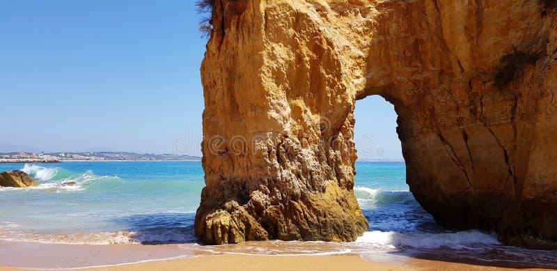Paisagem bonita: penhascos na turquesa Oceano Atlântico na praia Pinhao, Lagos, Portugal foto de stock royalty free