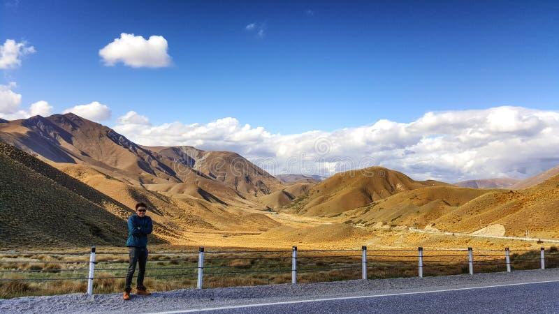 Paisagem bonita sightseeing do viajante novo em Nova Zelândia imagem de stock royalty free