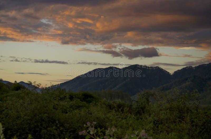 Paisagem bonita um por do sol nas montanhas foto de stock royalty free