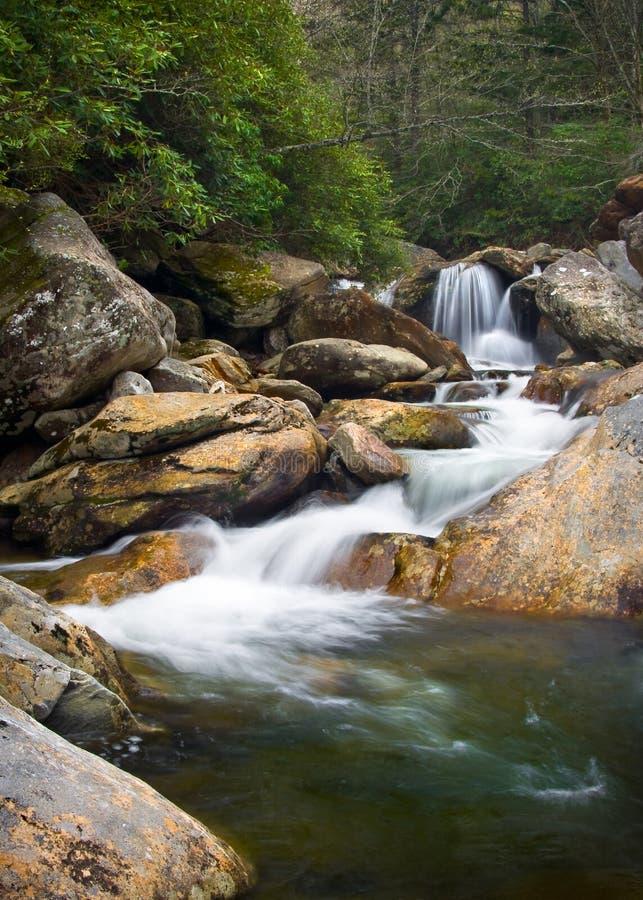Paisagem borrada da natureza das cachoeiras em Ridge azul imagens de stock