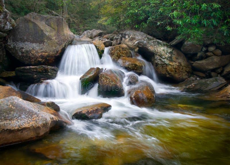 Paisagem borrada da natureza das cachoeiras em Ridge azul fotos de stock royalty free