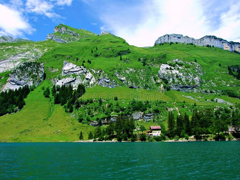 paisagem, céu, natureza, verde, lago, montanha, montanhas, grama, panorama, azul, nuvens, água, verão, vista, árvore, nuvem, prad imagem de stock royalty free