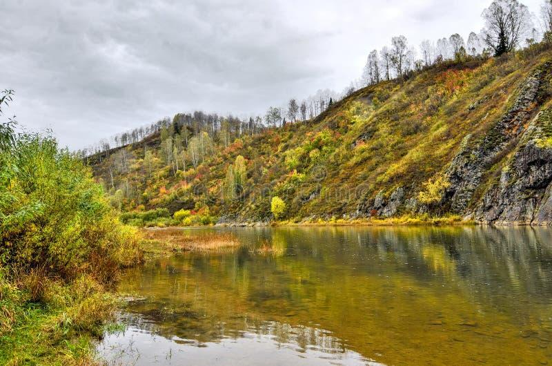 Paisagem Cênica do outono na margem rochosa do rio da montanha imagens de stock royalty free