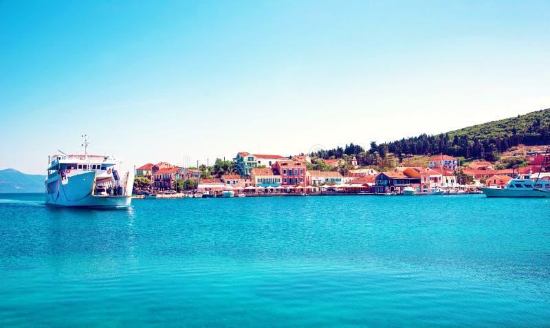 Paisagem cênico bonita com baía e balsa em Nydri, Lefkada, fotos de stock