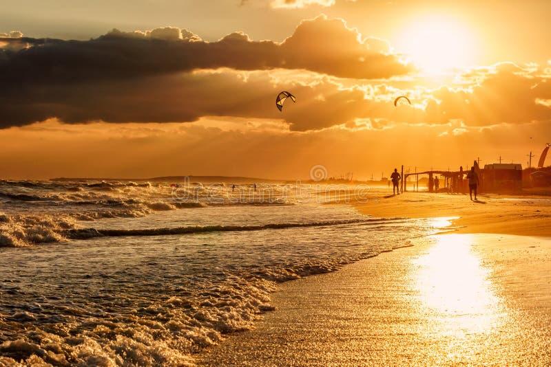 Paisagem cênico bonita da costa do Mar Negro com as ondas que quebram em reflexões arenosas da praia e do sol de Blaga SCE do bei imagem de stock royalty free