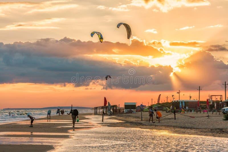 A paisagem cênico bonita da costa do Mar Negro com mar tormentoso e Blaga arenoso encalham Por do sol do beira-mar do verão imagens de stock