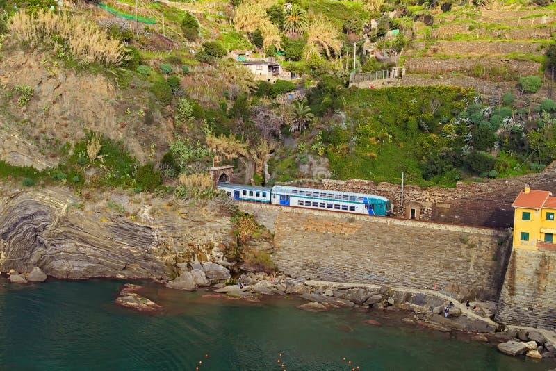 Paisagem cênico da natureza em Cinque Terre O trem de passageiros incorpora o túnel foto de stock