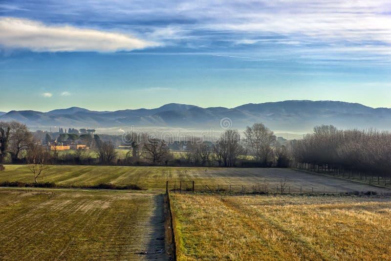 Paisagem cênico de Tuscan com campos, os prados e os montes bonitos imagens de stock