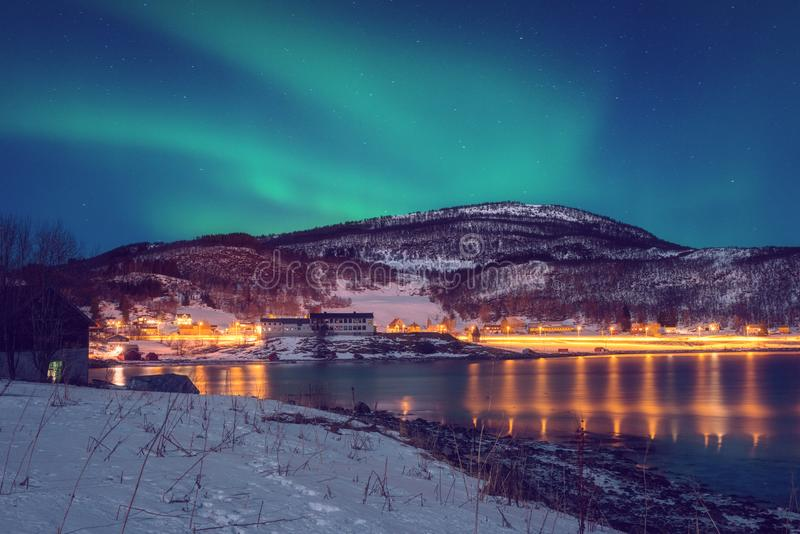 Paisagem cênico do inverno com aurora boreal, aurora borealis no céu noturno, ilhas de Lofoten, Noruega imagens de stock royalty free