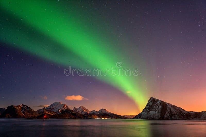 Paisagem cênico do inverno com aurora boreal, aurora borealis no céu noturno, ilhas de Lofoten, Noruega fotografia de stock