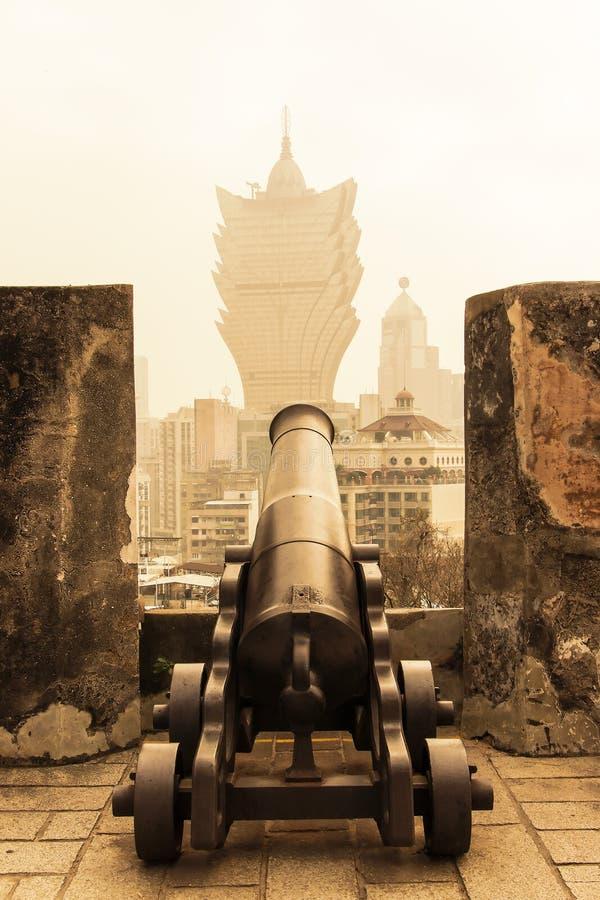 Paisagem cênico na skyline de Macau de Guia Fortress Fortaleza da Guia com o canhão velho do ferro no primeiro plano foto de stock royalty free