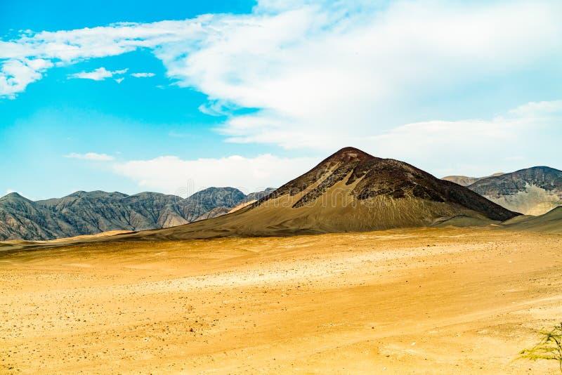 Paisagem cênico no nazca com o deserto e a montanha imagens de stock royalty free
