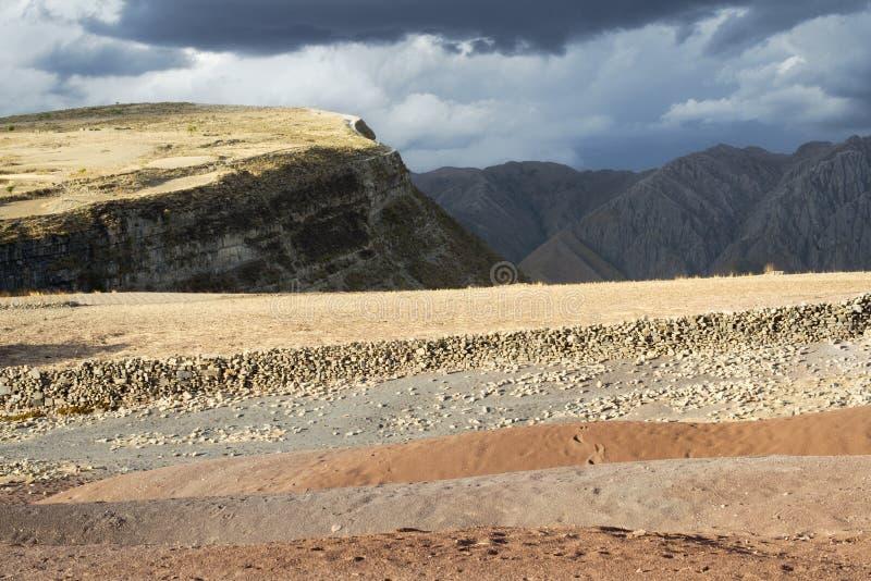 Paisagem cênico panorâmico na cratera de Maragua com as nuvens pesadas sobre as montanhas rígidas, Bolívia foto de stock royalty free
