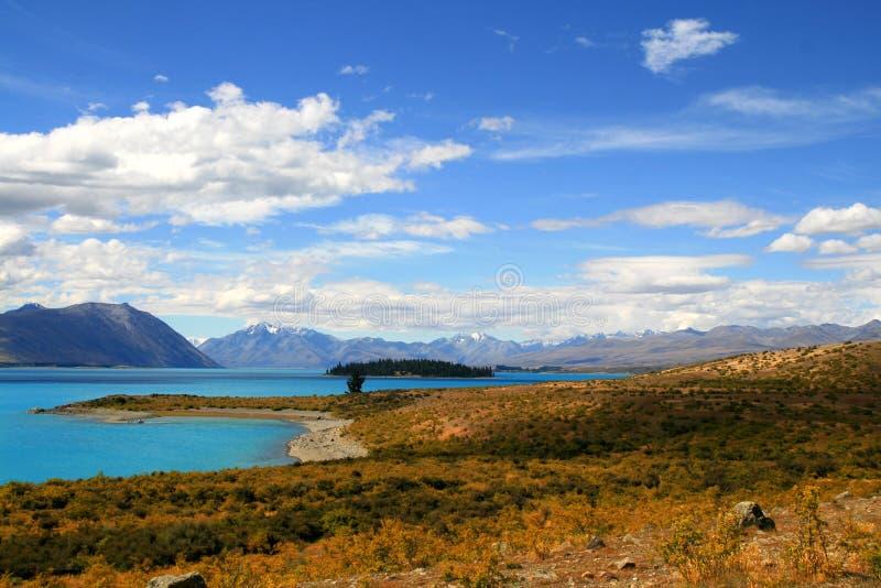 Paisagem calma com o lago azul Tekapo do país de Mackenzie, Zealnd novo dos azuis celestes fotos de stock royalty free
