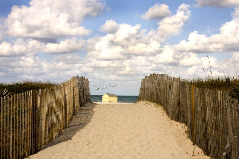 Paisagem calma da praia pelo oceano fotos de stock